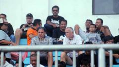 Indosport - Terlihat di Stadion Maguwoharjo, Pelatih PSIS Semarang, Dragan Jukanovic, memantau permainan Persipura Jayapura menjelang kick-off Liga 1 2020.