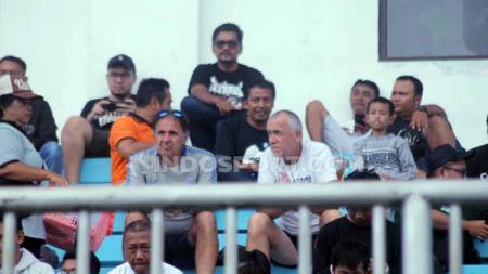 Terlihat di Stadion Maguwoharjo, Pelatih PSIS Semarang, Dragan Jukanovic, memantau permainan Persipura Jayapura menjelang kick-off Liga 1 2020. - INDOSPORT