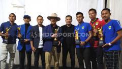 Indosport - Peraih penghargaan dari FWP berfoto bersama di saat acara Awarding yang bersamaan dengan kegiatan Bobotoh Day di Lapangan Tegalega, Kota Bandung, Sabtu (22/02/2020).