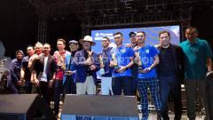 Indosport - Peraih penghargaan dari FWP berfoto bersama di saat acara Awarding yang bersamaan dengan kegiatan Bobotoh Day di Lapangan Tegalega, Kota Bandung, Sabtu (22/2/20).