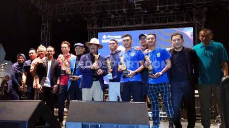 Peraih penghargaan dari FWP berfoto bersama di saat acara Awarding yang bersamaan dengan kegiatan Bobotoh Day di Lapangan Tegalega, Kota Bandung, Sabtu (22/2/20). - INDOSPORT