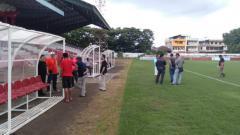 Indosport - Tim Verifikator PT LIB saat melakukan inspeksi verifikasi di Stadion Klabat