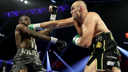 Tyson Fury berhasil meraih gelar juara kelas berat WBC berkat pukulan mematikan yang membuat Deontay Wilder terjatuh dan TKO - INDOSPORT