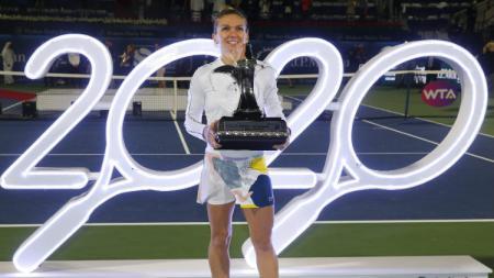 Simona Halep menang turnamen Dubai Duty Free Tennis 2020. - INDOSPORT