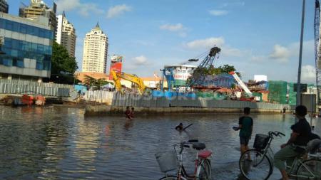 Banjir menggenangi sejumlah akses utama menuju venue pertandingan Timnas Basket Indonesia vs Filipina di Kualifikasi FIBA Asia Cup 2021. - INDOSPORT