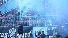 Indosport - Aremania nyalakan flare saat launching tim Arema FC.
