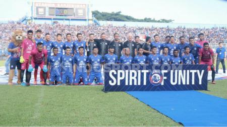 Arema FC menyisipkan spirit meraih juara pada satu dekade silam melalui jersey baru untuk laga kandang dalam launching tim. Semangat juara tersebut akan menjadi motivasi tersendiri bagi Arema untuk Liga 1 2020. - INDOSPORT