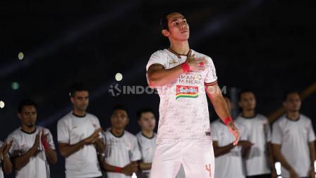 Gaya Ryuji Utomo memamerkan jersey baru Persija Jakarta yang akan sering ia gunakan saat tampil dalam ajang Liga 1 2020.