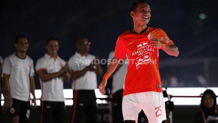 Senyum bahagia Marko Simic memamerkan jersey warna merah Persija Jakarta untuk Liga 1 2020.