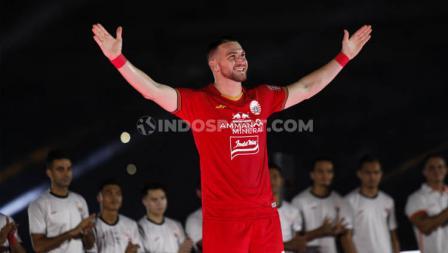 Gaya membentangkan dua tangan dilakukan Marko Simic dalam balutan jersey baru Persija Jakarta jelang Liga 1 2020.