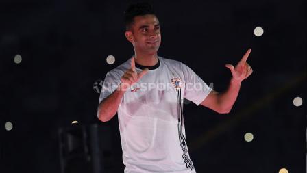 Otavio Dutra menunjukkan gesture Salam Jempol Telunjuk dalam launching tim Persija Jakarta jelang Liga 1 2020.