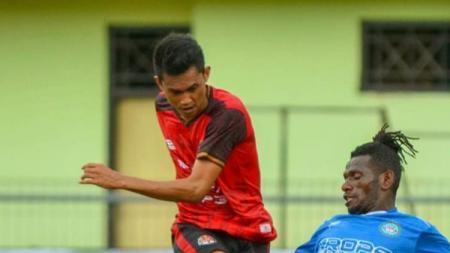 Pemain Persekat, Gatot Wahyudi saat pertandingan menghadapi Martapura FC. - INDOSPORT