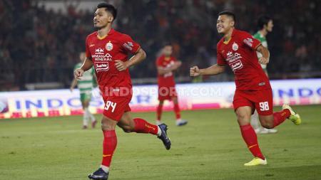 Striker muda klub Liga 1, Persija Jakarta, Heri Susanto (kiri) bersebrasi usai cetak gol ke gawang Geylang International - INDOSPORT