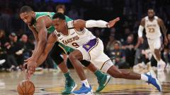 Indosport - Perebutan bola terjadi antara bintang basket LA Lakers, Rajon Rondo (kanan), dengan penggawa Boston Celtics, Brad Wanamaker, dalam laga NBA 2019-2020.