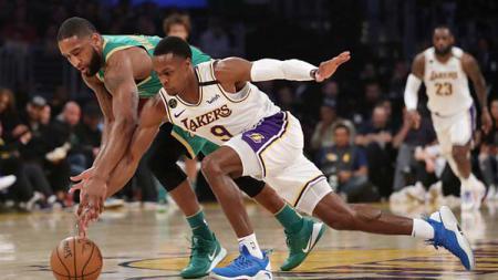 Perebutan bola terjadi antara bintang basket LA Lakers, Rajon Rondo (kanan), dengan penggawa Boston Celtics, Brad Wanamaker, dalam laga NBA 2019-2020. - INDOSPORT
