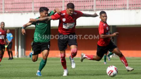 Winger PSS Sleman Irkham Mila berduel dengan bek Persipura Arthur Cunha dalam uji coba di Stadion Maguwoharjo, Sleman. - INDOSPORT