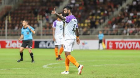 Pemain bertahan Timnas Indonesia, Yanto Basna kembali gagal menorehkan kemenangan saat melakoni pekan ke-3 Liga Thailand, Rabu (26/02/20). - INDOSPORT