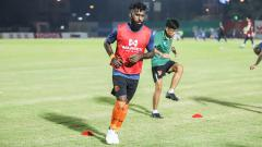 Indosport - Pemain asal Indonesia milik PT Prachuap FC, Yanto Basna.