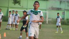 Indosport - Stopper PSMS Medan, Afiful Huda, berlatih menjelang kick-off Liga 2 2020.