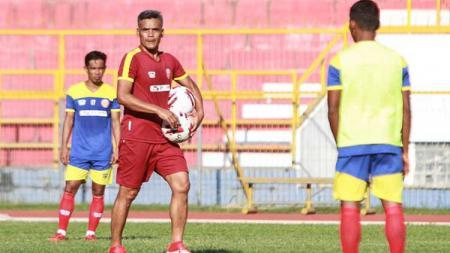 Pelatih Persiraja Banda Aceh, Hendri Susilo, mempersiapkan timnya menjelang lanjutan Liga 1 2020 kontra Persik Kediri. - INDOSPORT