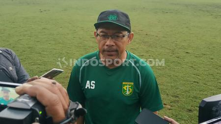 Pelatih Persebaya, Aji Santoso, bereaksi keras soal polemik Abduh Lestaluhu. - INDOSPORT