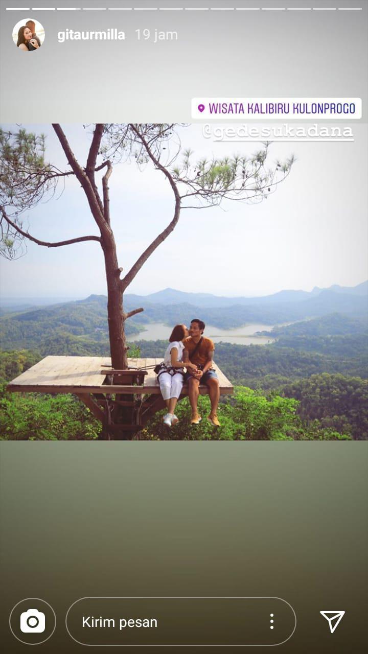 I Gede Sukadana mengajak sang istri tercinta untuk menjelajahi destinasi wisata yang ada di Yogyakarta. Copyright: Instagram Gita Urmilla