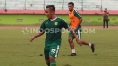 Indosport - Salah satu pemain Persebaya, yakni Rendi Irwan mengaku merasakan hal yang baru usai ikut dalam sesi latihan online yang digelar lewat video call tersebut.
