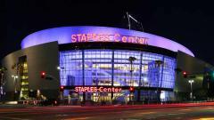 Indosport - Markas LA Lakers, Staples Center menggelar penghormatan terakhir untuk Kobe Bryant dan putrinya, Gianna Bryant yang meninggal akibat kecelakaan helikopter pada akhir Januari 2020 lalu.