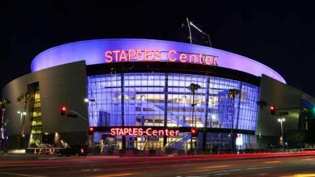 Markas LA Lakers, Staples Center menggelar penghormatan terakhir untuk Kobe Bryant dan putrinya, Gianna Bryant yang meninggal akibat kecelakaan helikopter pada akhir Januari 2020 lalu. - INDOSPORT