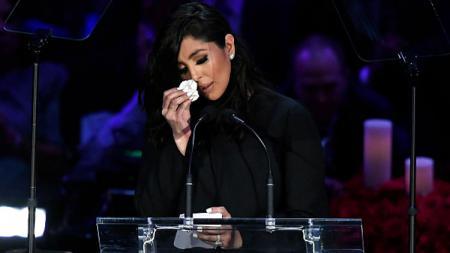Vanessa Bryant tak kuasa menahan tangis saat berbicara dalam penghormatan terakhir untuk suami dan anaknya, Kobe Bryant dan Gianna Bryant di Staples Center. - INDOSPORT
