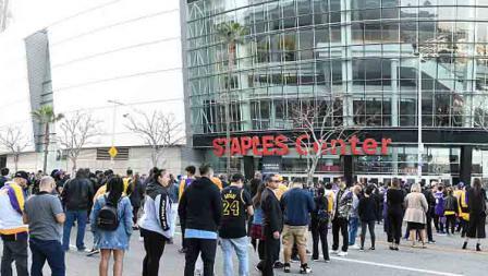 Ribuan fans memadati Staples Center dalam acara penghormatan terakhir untuk Kobe Bryant dan Gianna Bryant dengan tajuk Celebration of Life pada tanggal (24-02-20) waktu setempat.