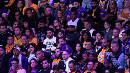 Suasana haru dari para penggemar Lakers yang memadati tribun penonton Staples Center dalam acara penghormatan terakhir untuk Kobe Bryant dan Gianna Bryant dengan tajuk Celebration of Life