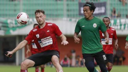 Gelandang Persipura asal Brasil, Thiago Amaral saat berduel dengan Pemain PSS Sleman - INDOSPORT
