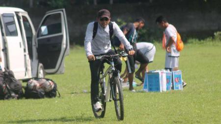 Lokasi latihan PSIM Yogyakarta menjelang kick-off Liga 2 2020 di Lapangan Kenari dekat dengan rumah, Seto Nurdiyantoro pilih pakai sepeda sebagai transportasi. - INDOSPORT