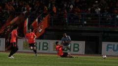 Indosport - Momen saat penyerang Sulut United, Michael Rumere (biru muda), ditekel oleh pemain Borneo FC.