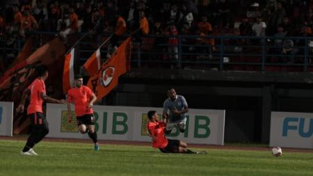 Momen saat penyerang Sulut United, Michael Rumere (biru muda), ditekel oleh pemain Borneo FC. - INDOSPORT