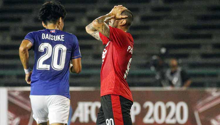 Kekecewaan gelandang Bali United, Paulo Sergio setelah peluang timnya gagal berbuah gol. Copyright: Official Bali United