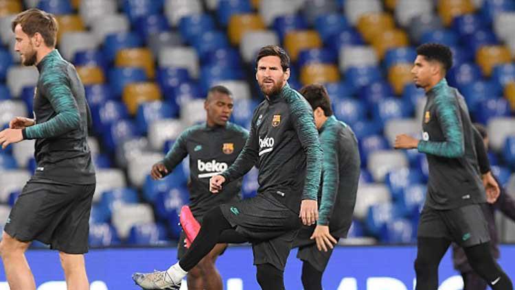 Lionel Messi saat sedang pemanasan bersama Barcelona jelang melawan Napoli di Liga Champions 2019-2020  babak16 besar leg pertama di San Paolo. Copyright: Ciro Sarpa/Getty Images