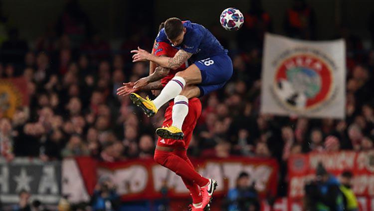 Duel udara antara striker Chelsea, Olivier Giroud (kanan) dengan bek Bayern Munchen, Jerome Boateng dalam pertandingan 16 besar Liga Champions 2019-2020 leg pertama di Stamford Bridge. Copyright: James Williamson/GettyImages