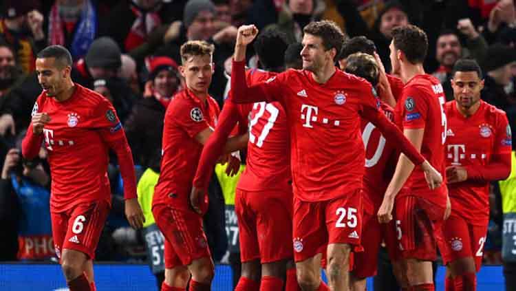 Selebrasi para pemain Bayern Munchen usai Robert Lewandowski memperlebar kedudukan timnya atas Chelsea dalam pertandingan 16 besar Liga Champions 2019-2020 leg pertama di Stamford Bridge. Copyright: Clive Mason/GettyImages