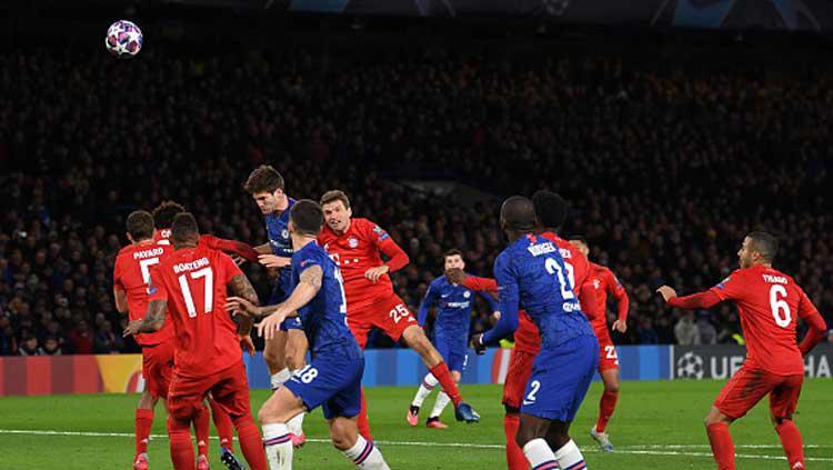 Duel sengit dalam pertandingan babak 16 besar Liga Champions 2019-2020 leg pertama antara Chelsea vs Bayern Munchen di Stamford Bridge Copyright: Mike Hewitt/GettyImages