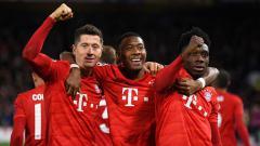 Indosport - Luapan kegembiraan tiga pemain Munchen, Robert Lewandowski (kiri), David Alaba (tengah), dan Alphonso Davies saat memastikan timnya menang atas Chelsea dalam pertandingan babak 16 besar Liga Champions 2019-2020 di Stamford Bridge.