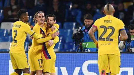 Selebrasi para pemain Barcelona saat Antoine Griezmann mencetak gol penyeimbang saat melawan Napoli di pertandingan babak 16 besar Liga Champions 2019-2020 leg pertama di San Paolo.