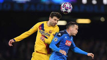 Duel udara antara bek tengah Barcelona, Gerard Pique (kiri) dengan gelandang serang Napoli, Piotr Zielinski dalam pertandingan babak 16 besar Liga Champions 2019-2020 leg pertama di San Paolo.