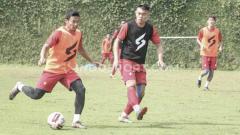 Indosport - Sesi latihan Arema FC sempat tegang setelah dua asisten pelatih terlibat perseteruan akibat terjadinya kesalahpahaman komunikasi, dalam program Training Centre (TC) di Kompleks Agrowisata Kusuma Kota Batu, Rabu (26/02/2020) pagi.