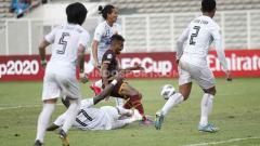 Indosport - Yakob Sayuri (tengah) bersama rekannya Firza Andika menjadi perwakilan PSM di TC Timnas U-23.