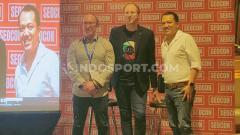 Indosport - Jon Earnshaw dan Jono Alderson memaparkan tentang SEO dan Digital Marketing, dipimpin Ryan Kristo Muljono dalam acara SEO Conference di Mall Kota Kasablanka, Rabu (26/02/20) siang.