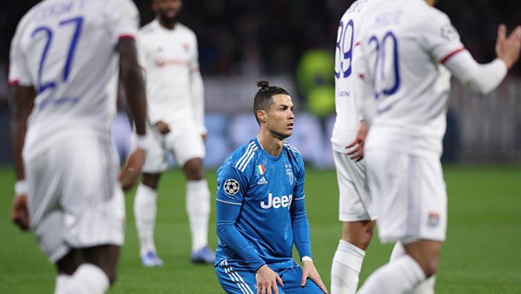 Pemain megabintang Juventus, Cristiano Ronaldo dibuat tak berdaya oleh para pemain Lyon dalam pertandingan Liga Champions 2019-2020  babak 16 besar leg 1 di babak pertama. Copyright: Jonathan Moscrop/GettyImages