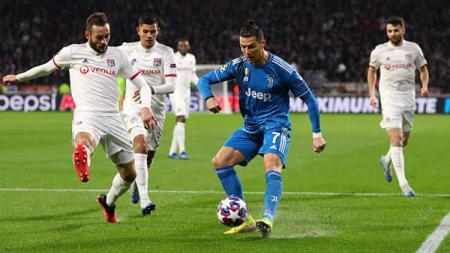 Setiap kali pemain megabintang Juventus, Cristiano Ronaldo, memegang bola, minimal dua pemain Lyon harus menjaganya di babak pertama Liga Champions 2019-2020 babak 16 besar. - INDOSPORT