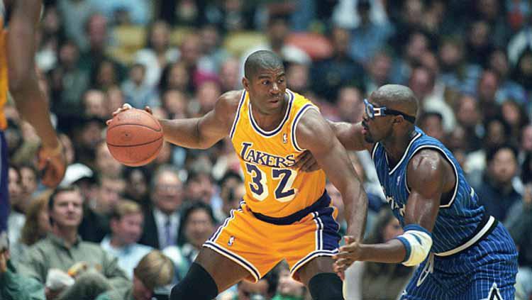 Magic Johnson (kiri) saat masih aktif bermain bersama LA Lakers di NBA era 1980an. Copyright: Icon Sports Wire/GettyImages